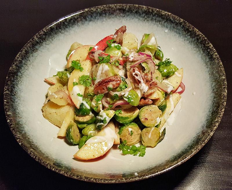 Aardappelsalade met spruitjes, appel, ui en pecannoten | Gewoon een fdoodblog!