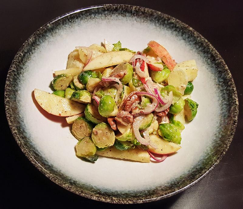 Aardappelsalade met spruitjes, appel, ui en pecannoten | Gewoon een foodblog!
