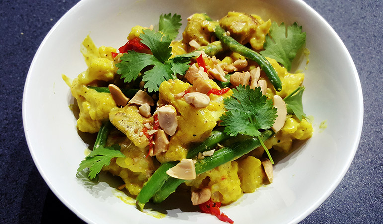 Milde groene curry met bloemkool, kip, sperziebonen en rijst