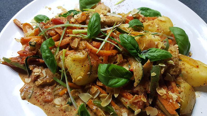 Oosterse aardappelschotel met kip en groenten