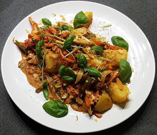 Aardappelschotel met kipfilet, tomaatjes, paprika, wortel, courgette, bosui en babymais