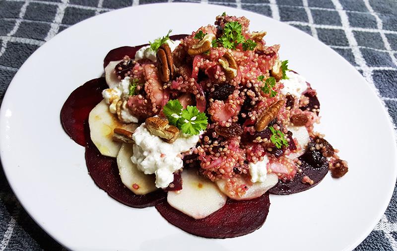 Quinoa met rode biet, peer, rozijnen, pecannoten en hüttenkäse | Gewoon een foodblog!