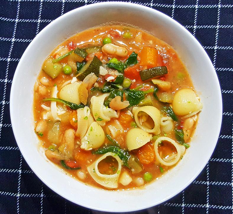Minestrone soep met o.a. aardappel en cannelloni bonen | Gewoon een foodblog!