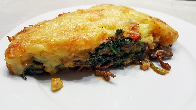 Spinazieschotel met gehakt en een kaaskorst