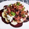 Salade met quinoa, rode biet, peer, rozijn en hüttenkäse
