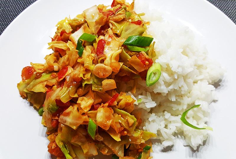 Spitskoolroerbak met tomaat en vissaus (Bắp Cải Xào)| Gewoon een foodblog!