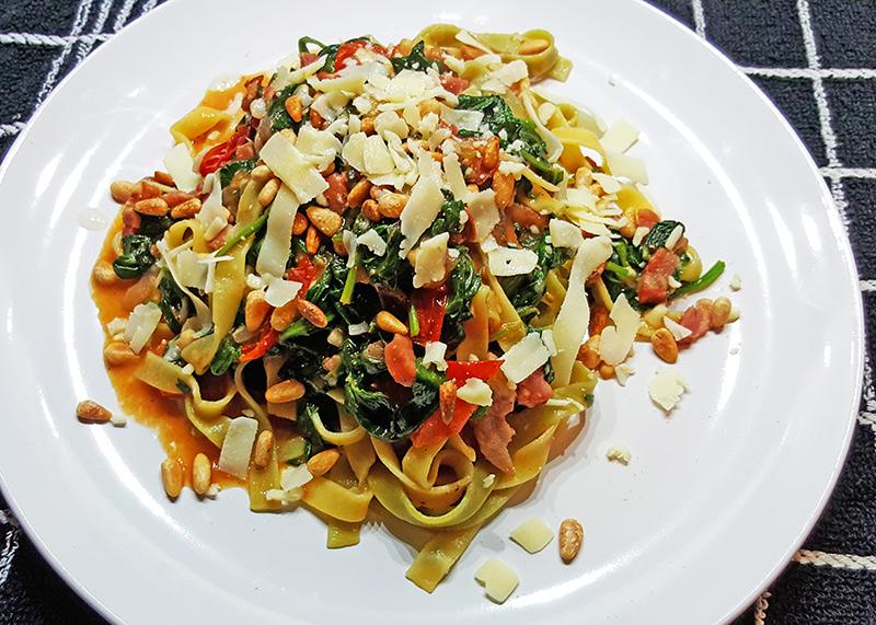 Tagliatelle met spinazie, tomaatjes en spek