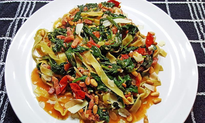 Tagliatelle met spinazie, tomaatjes en spek   Gewoon een foodblog!