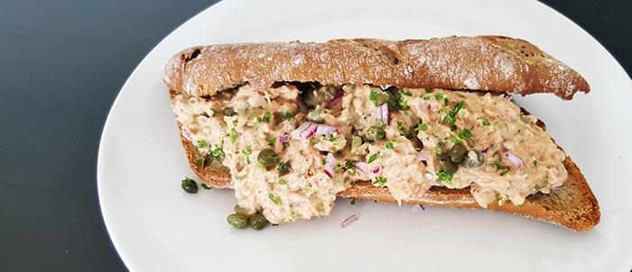 Zelfgemaakte tonijnsalade met kappertjes, rode ui en augurk