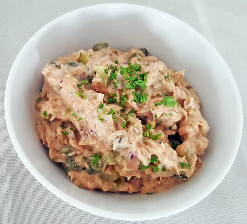 Zelfgemaakte tonijnsalade met kappertje, rode ui en augurk