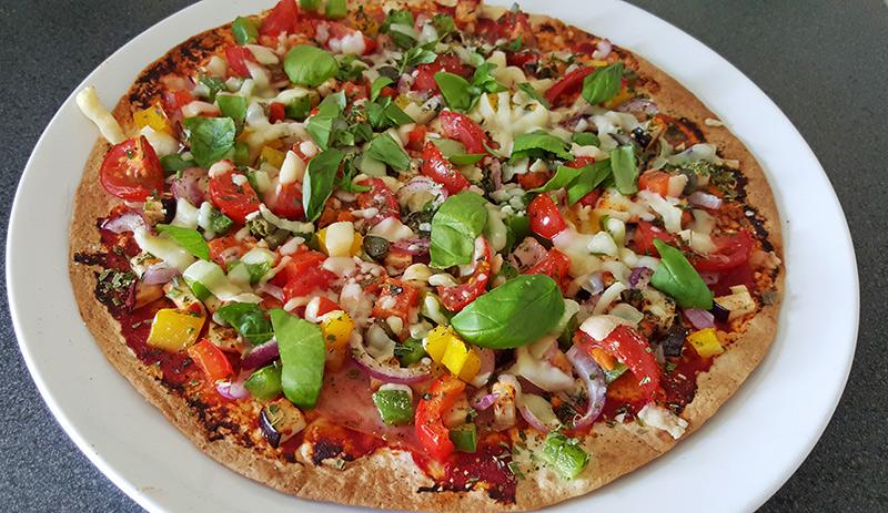 Wrappizza met aubergine, tomaat, paprika en ham