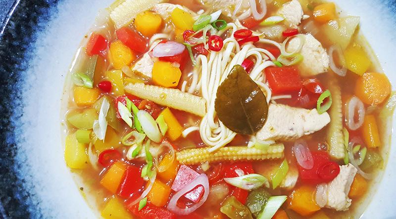 Zoetzure noedelsoep met kip en ananas | Gewoon een foodblog!