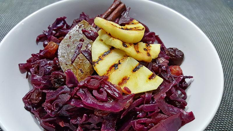 Rode kool met appel en rozijnen | Gewoon een foodblog!