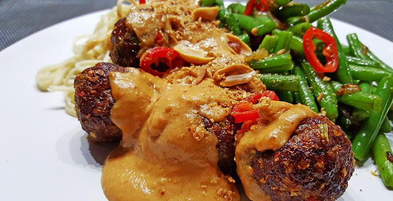 Thaise gehaktballetjes met pindasaus | Gewoon een foodblog!