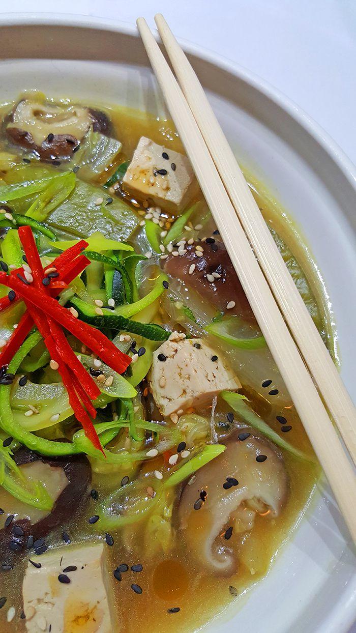 Simpele groentesoep met tofu en noedels van courgette | Gewoon een foodblog!
