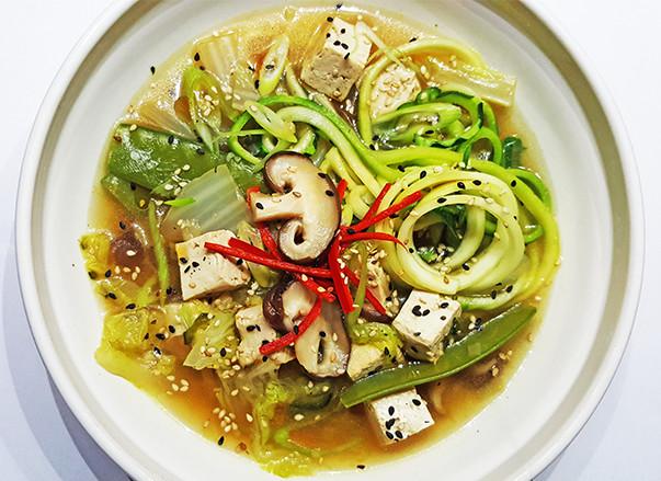 Chinese groentesoep met tofu en zoodles