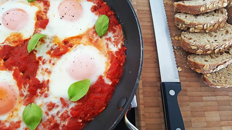 Eieren in tomatensaus | Gewooneenfoodblog.nl