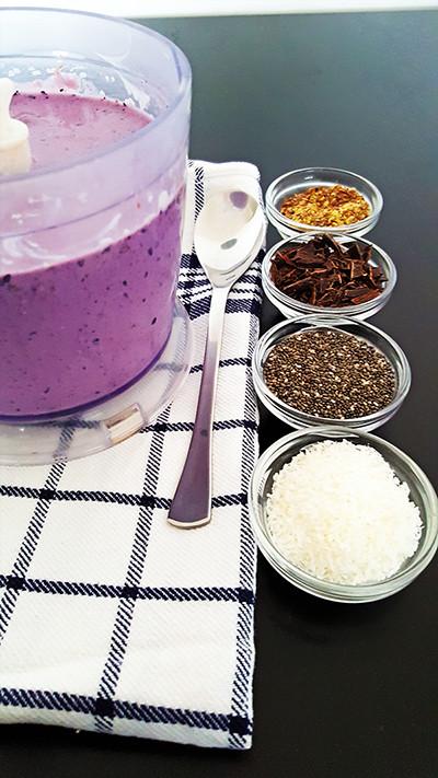 Smoothie bowl met rode biet, tofu en blauwe bessen | Gewooneenfoodblog.nl