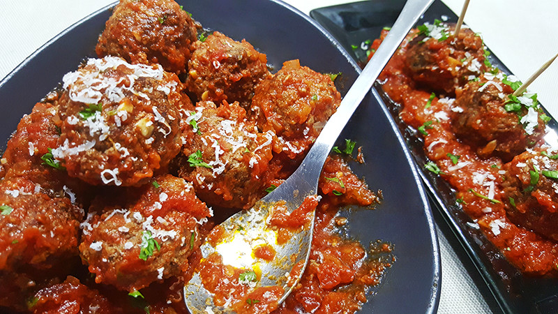 Gehaktballetjes in pikante tomatensaus | Gewooneenfoodblog.nl