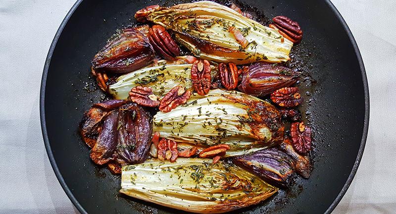 Geroosterde witlof met ui, bacon en pecannoten | Gewooneenfoodblog.nl