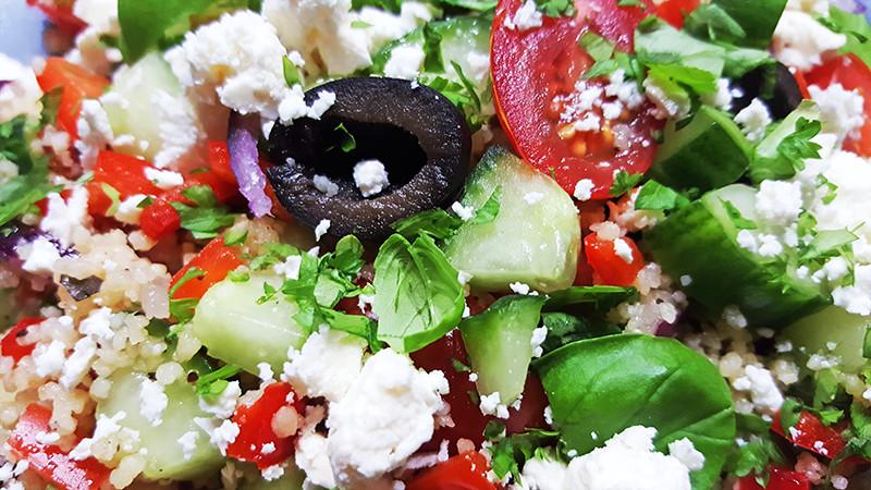 Griekse salade met couscous | Gewooneenfoodblog.nl