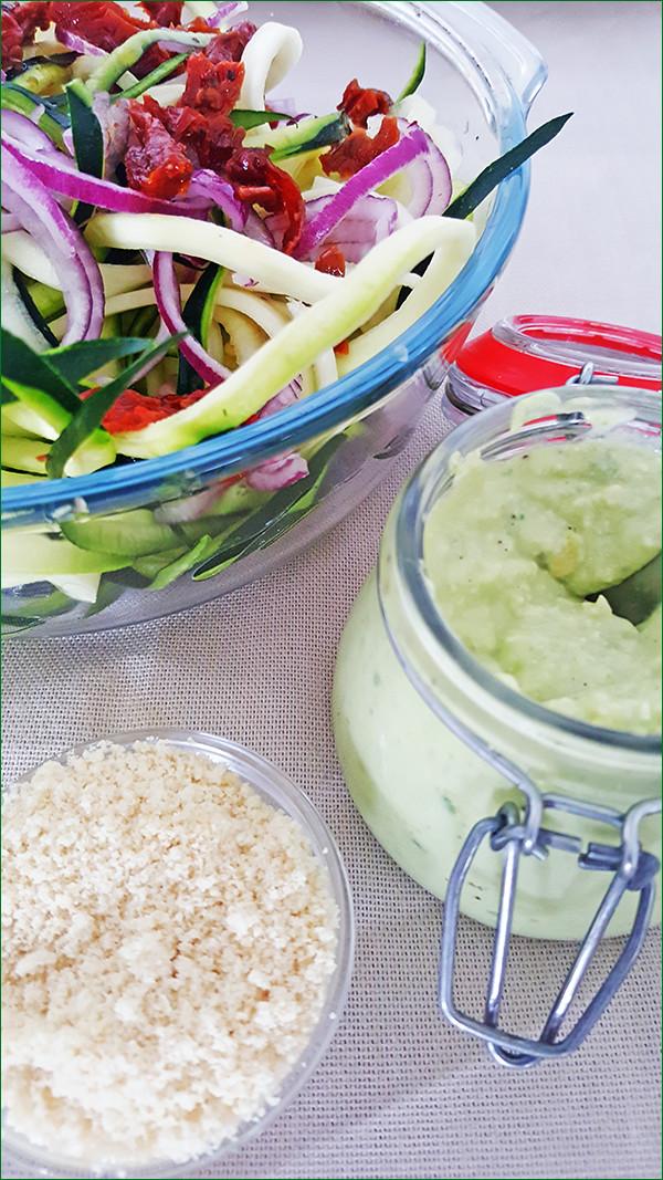 Courgetti met avocado-cashewnoten saus | Gewoon een foodblog!