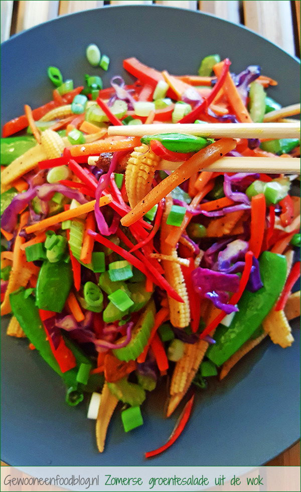 Zomerse groentesalade uit de wok | Gewooneenfoodblog.nl