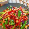 Zomerse groentesalade uit de wok