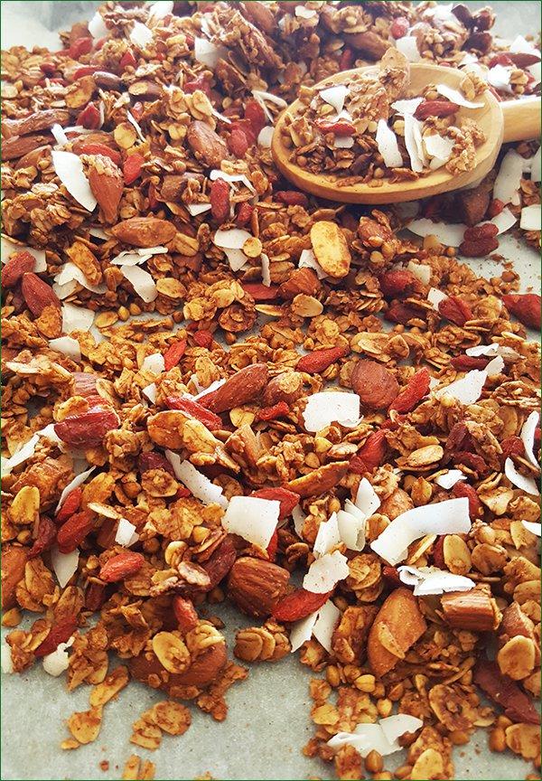 Boekweit granola met de goji bessen en kokos erdoorheen   Gewooneenfoodblog.nl