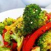 Broccoli uit de wok met gember en sesamzaad