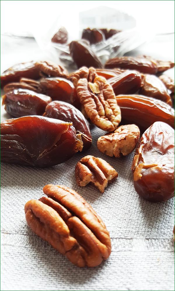 Ingrediënten pecanboter met dadels en kaneel | Gewooneenfoodblog.nl