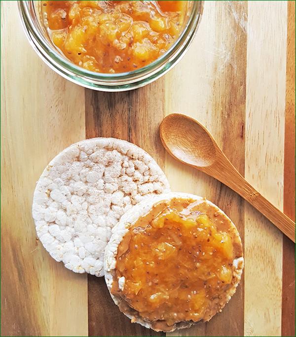 Perzikenspread op een rijstwafel | Gewooneenfoodblog.nl
