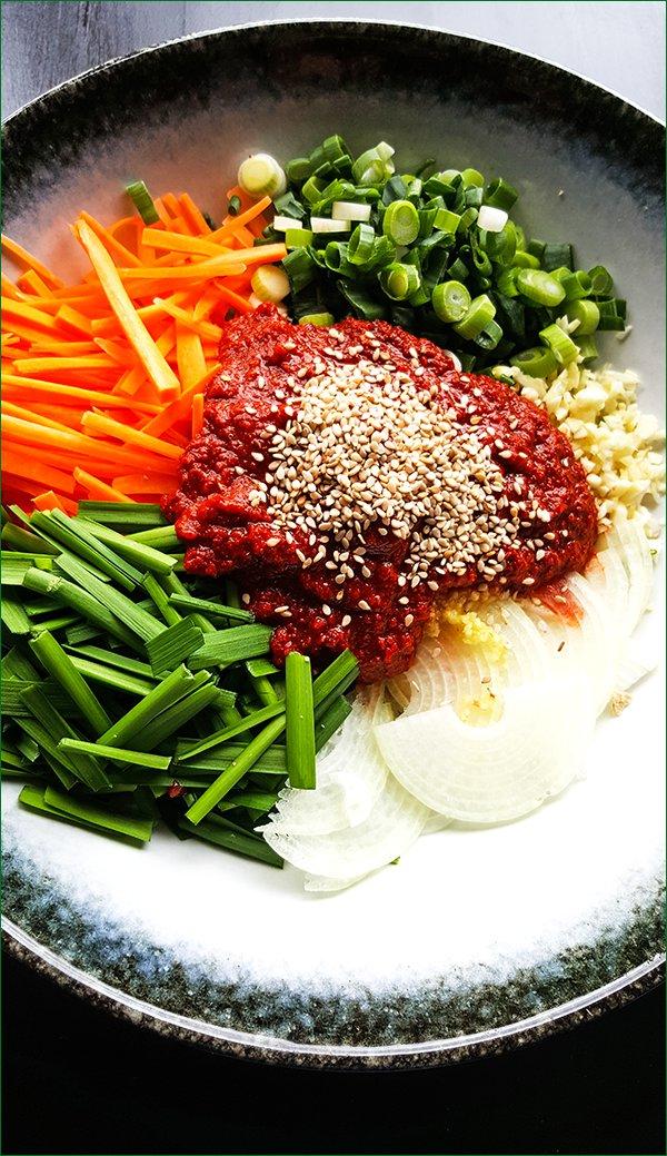 Groenten en saus voor komkommer kimchi | Gewooneenfoodblog.nl