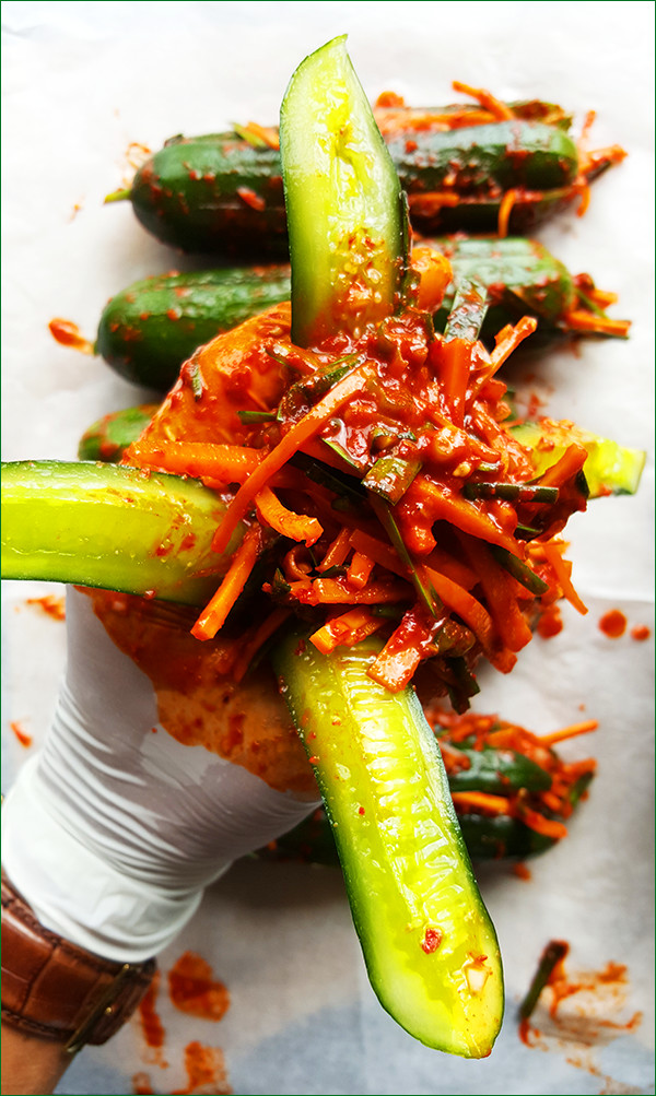 Komkommers met een pittige vulling | Gewooneenfoodblog.nl