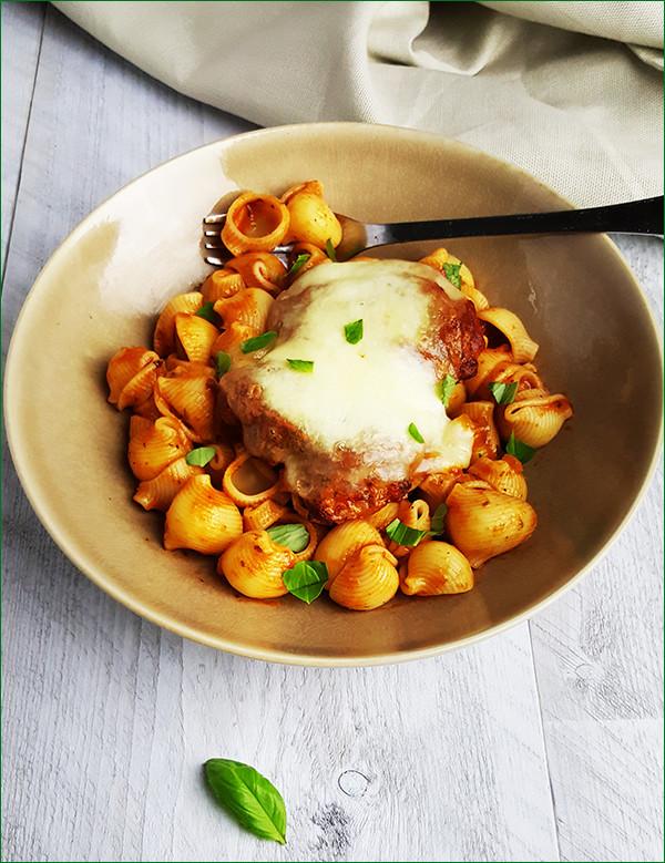 Pasta met kip, tomatensaus en mozzarella | Gewooneeenfoodblog.nl