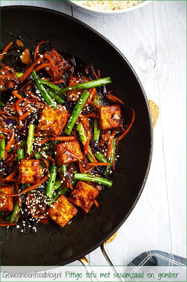 Pittige tofu met sesamzaadjes, gember en groenten | Gewooneenfoodblog.nl