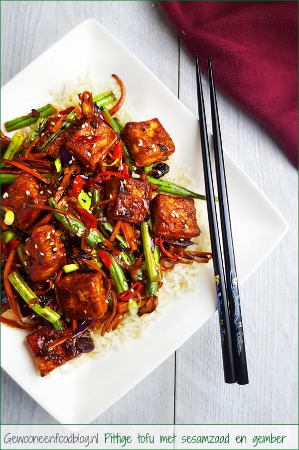 Pikante tofu met sesam, gember en groenten | Gewooneenfoodblog.nl