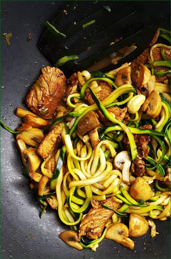 Roerbakschotel met kalkoen, courgette en champignons | Gewooneenfoodblog.nl
