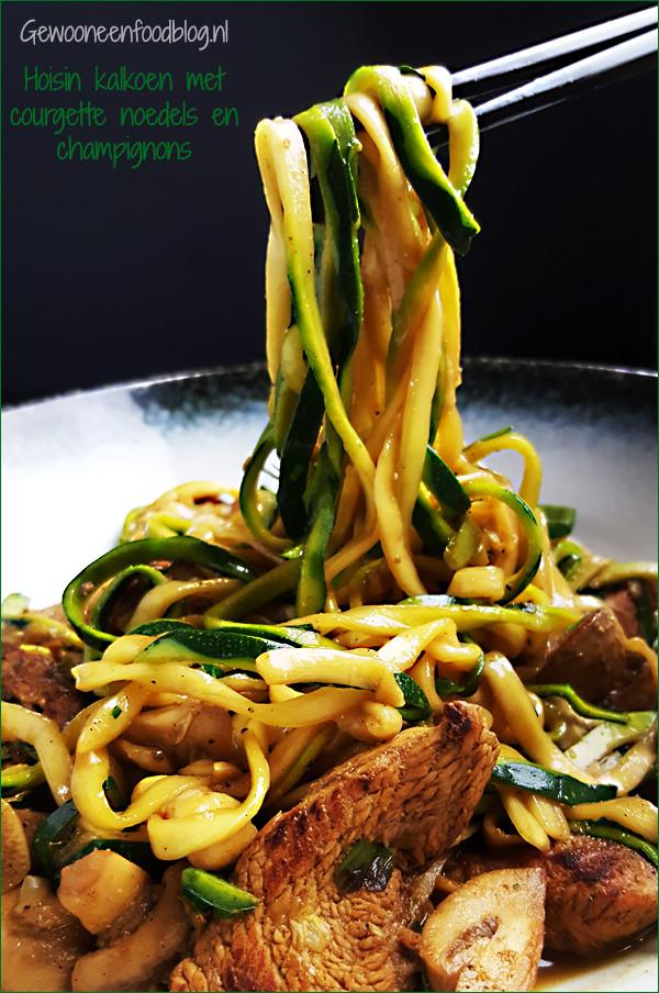 Kalkoenfilet met courgette noedels, champignons en hoisinsaus | Gewooneenfoodblog.nl