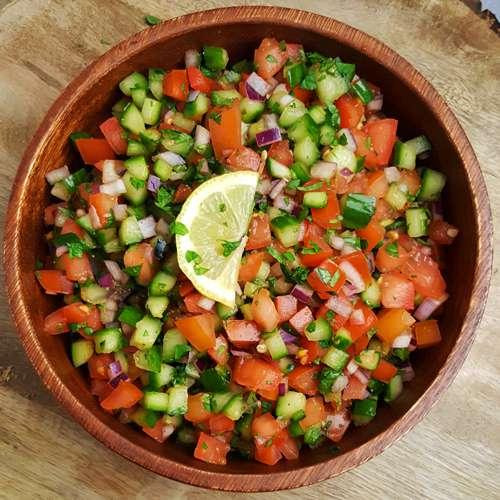 Indiase komkommer-tomatensalade (Kachumbar)