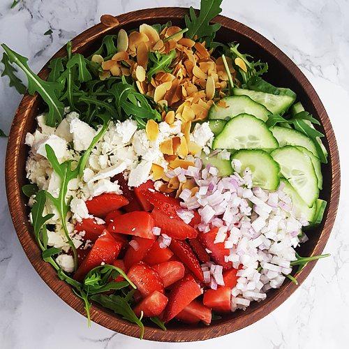 Rucola salade met aardbeien, feta en komkommer