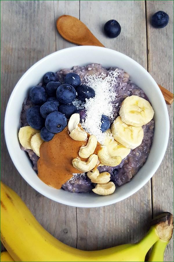Havermoutpap met blauwe bessen, banaan en vanille | Gewoon een foodblog!