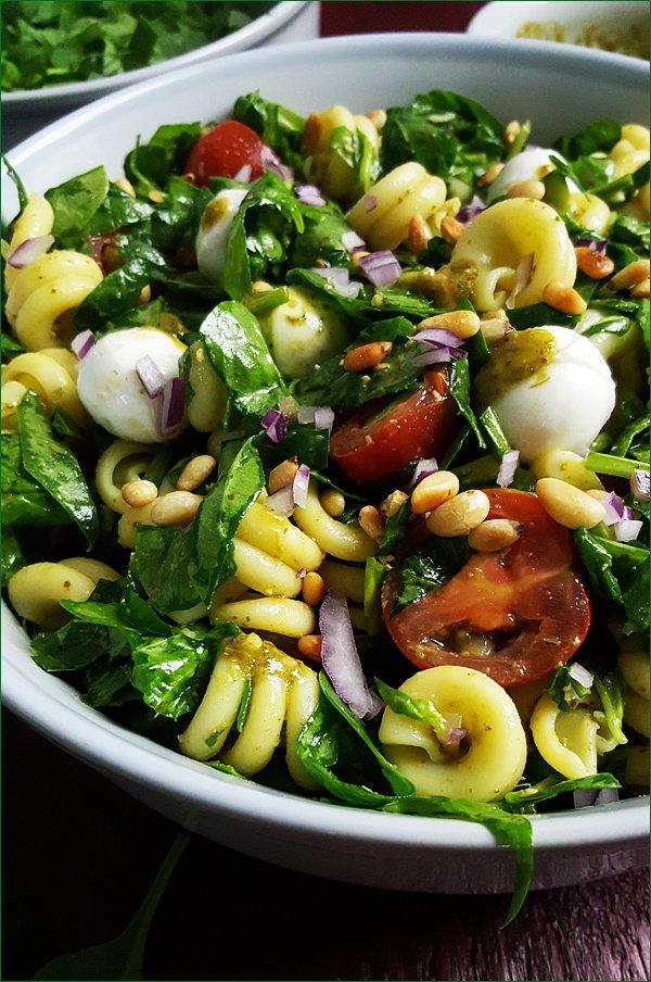 Caprese met pasta, spinazie en pesto | Gewooneenfoodblog.nl