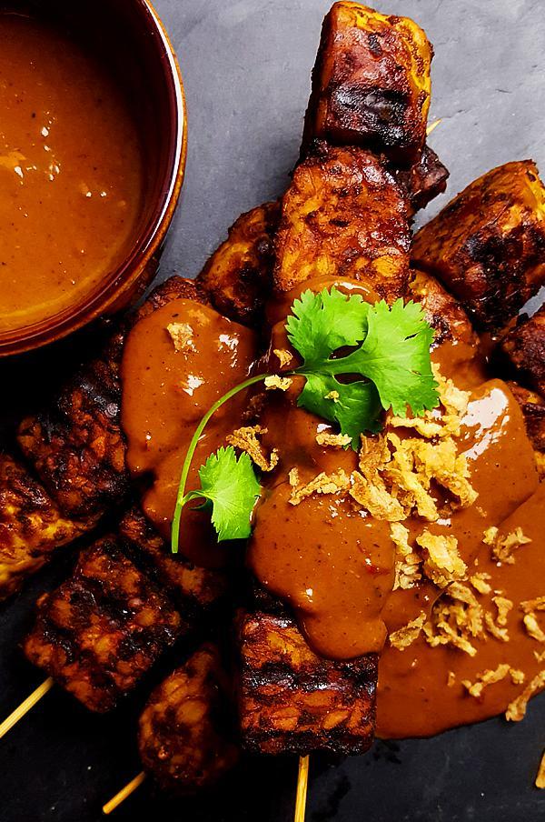 Tempeh saté met pittige pindasaus | Gewooneenfoodblog.nl