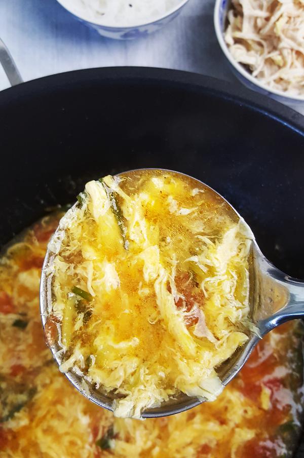 Chinese soep met tomaat en ei maken | Gewooneenfoodblog.nl