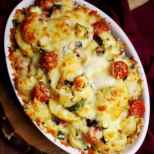 Courgette gratin met tomaatjes, krieltjes en olijven | Gewooneenfoodblog.nl