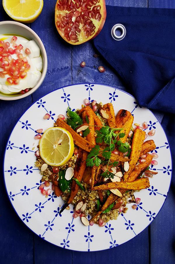Freekeh salade met linzen, geroosterde wortelen en granaatappel | Gewooneenfoodblog.nl