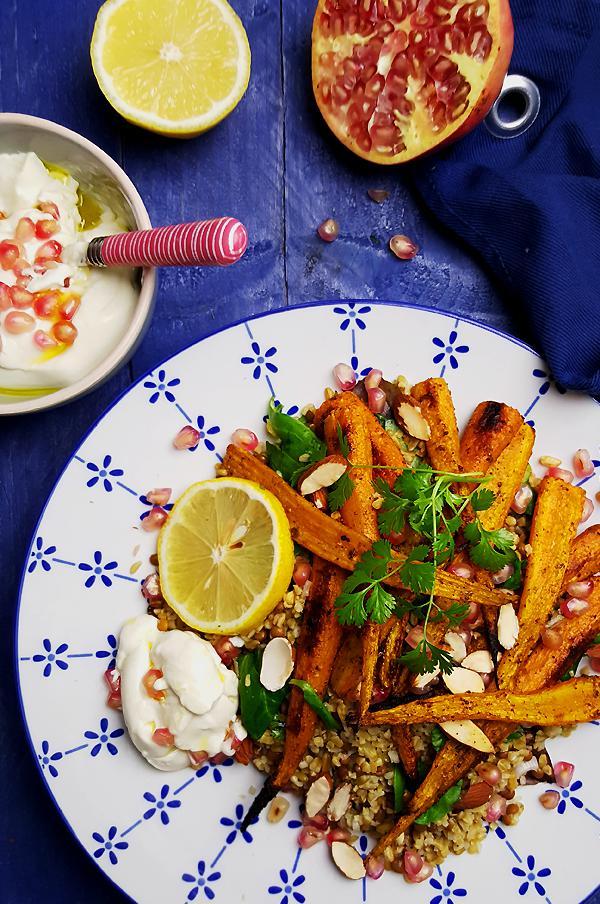 Freekeh salade met linzen, geroosterde wortelen en granaatappelpitjes | Gewooneenfoodblog.nl