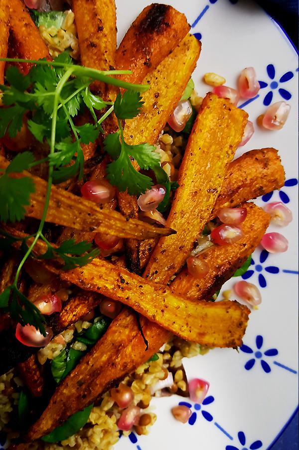 Salade met freekeh, linzen, wortelen en granaatappelpitjes | Gewooneenfoodblog.nl