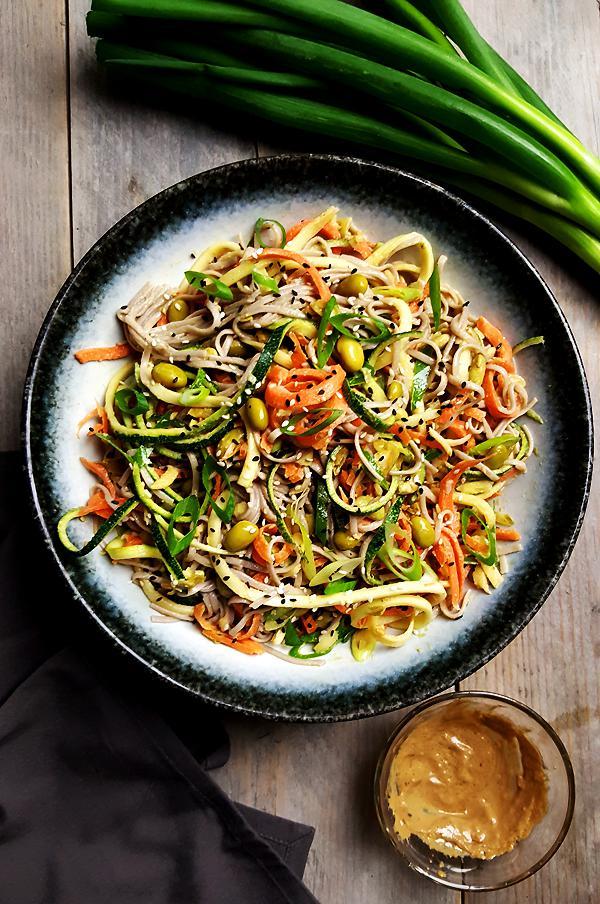 Noedelsalade met courgette, wortel en sojabonen | Gewooneenfoodblog.nl